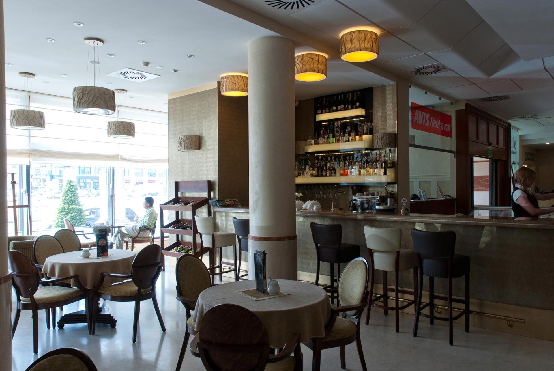 WNĘTRZA KAWIARNI W HOLU HOTELU BEST WESTERN GRAND W KIELCACH, realizacja 2010 r.